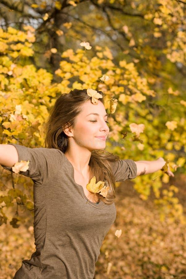Parque del otoño y un brunette hermoso. imagenes de archivo