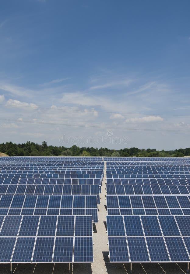 Parque del panel solar, verical fotos de archivo libres de regalías