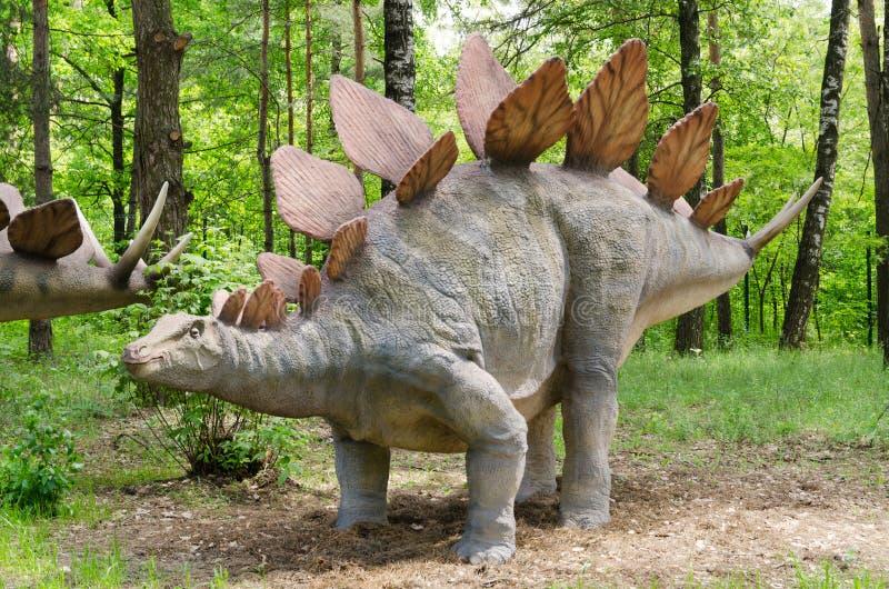 Parque do dinossauro, dinossauro Stegosaurus modelo fotos de stock