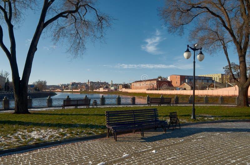 Parque do inverno, terraplenagem, céu azul fotos de stock royalty free