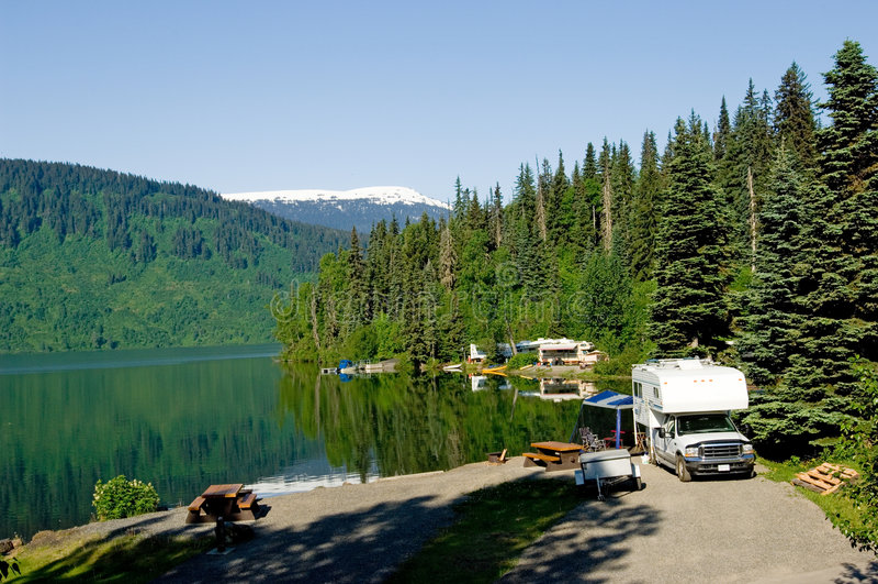 Parque do rv no lago fotos de stock royalty free