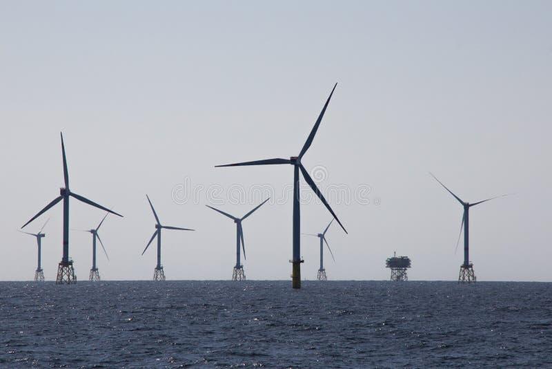 Parque eólico costero imagenes de archivo