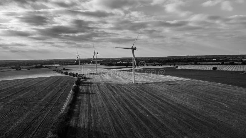 Parque eólico del alto contraste en blanco y negro fotos de archivo
