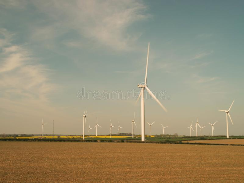 Parque eólico en Inglaterra en un día soleado imagenes de archivo