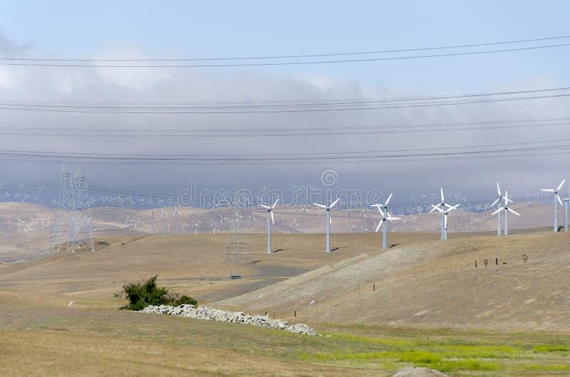 Parque eólico en la colina de oro de Livermore en California foto de archivo