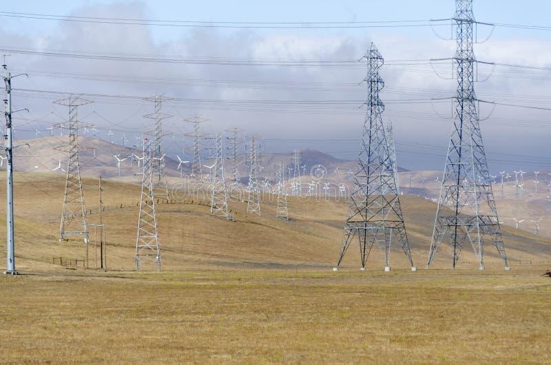 Parque eólico en la colina de oro de Livermore en California fotos de archivo