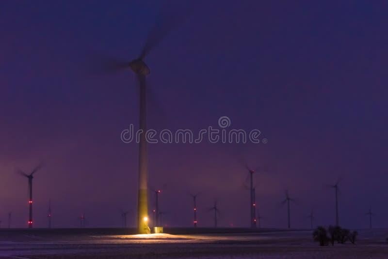 Parque eólico en la noche fotografía de archivo
