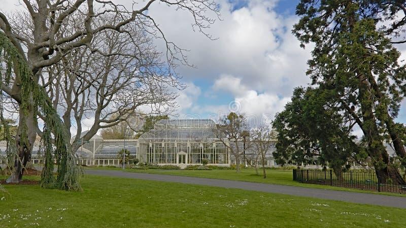 Parque e estufa em jardins botânicos de Dublin na mola foto de stock