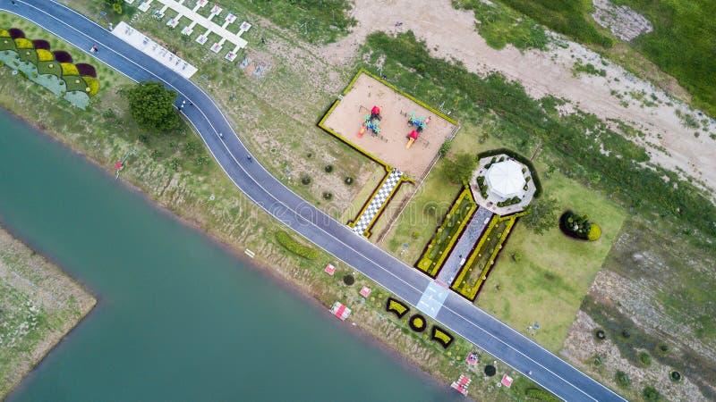 Parque e pista de atletismo da saúde com campo de jogos das crianças fotos de stock royalty free