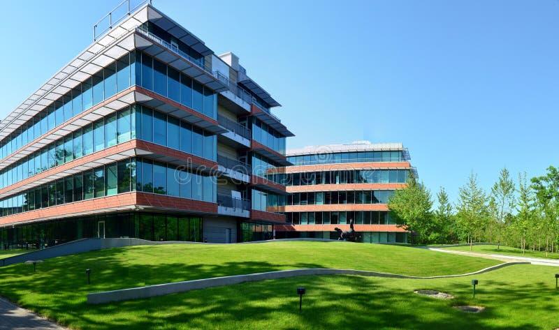 Parque e prédios de escritórios modernos de negócio fotos de stock royalty free