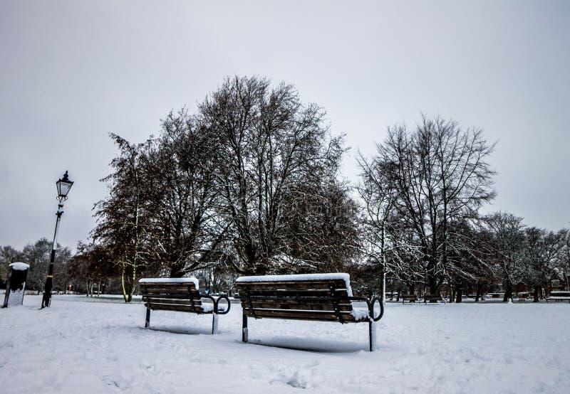 Parque em Inglaterra após umas nevadas fortes, Bedford fotografia de stock royalty free