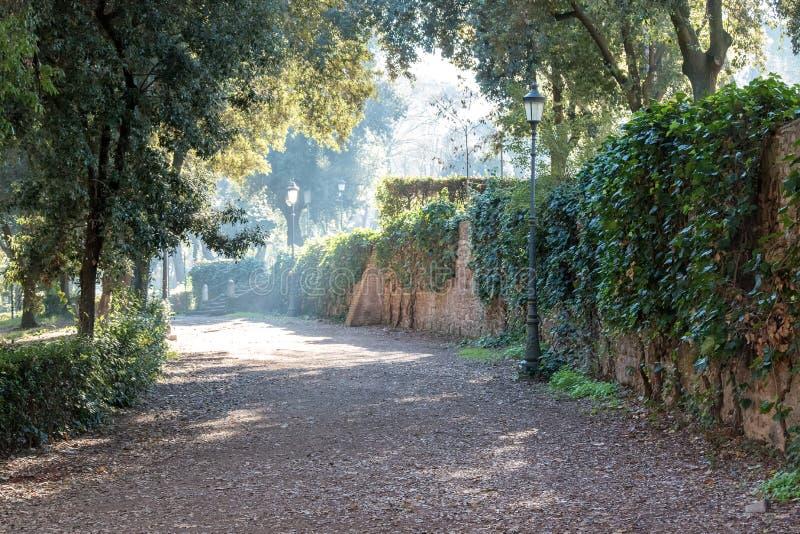 Parque em Roma perto da casa de campo Borghese imagem de stock