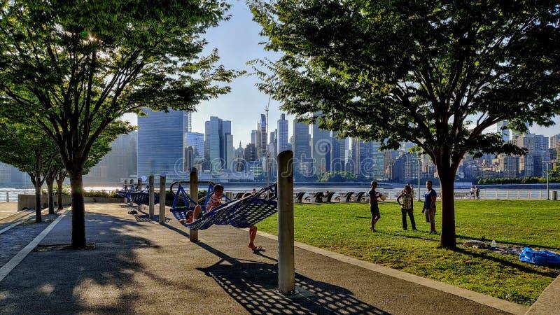 Parque en Brooklyn con vistas a los edificios de New York City fotografía de archivo
