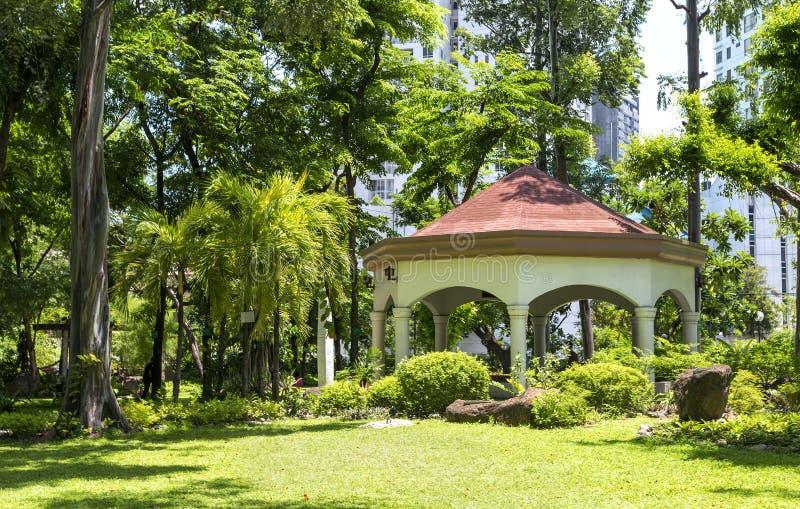 Parque en el centro de ciudad de Makati, Filipinas imagen de archivo libre de regalías