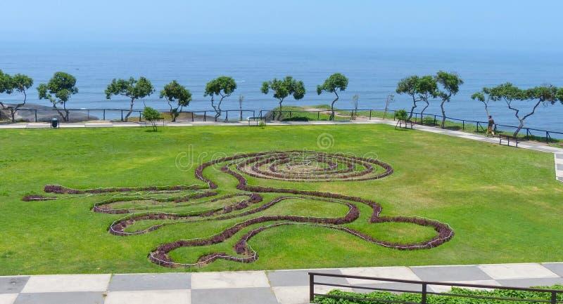 Parque en el distrito de Miraflores en Lima, Perú Las plantas evocan las líneas famosas de Nazca fotografía de archivo