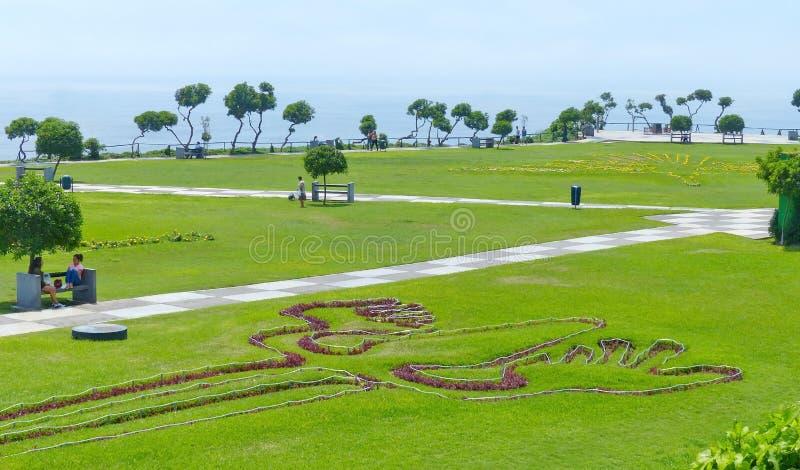 Parque en el distrito de Miraflores en Lima, Perú Las plantas evocan las líneas famosas de Nazca fotos de archivo libres de regalías