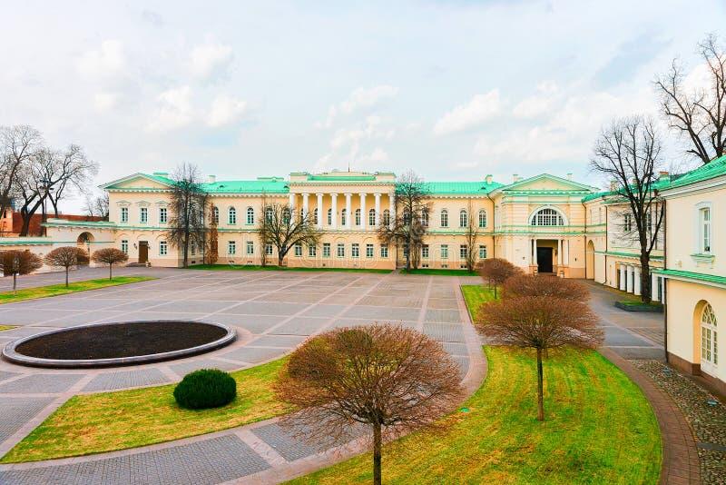 Parque en el palacio presidencial en el viejo centro de ciudad Vilna Lituania fotografía de archivo