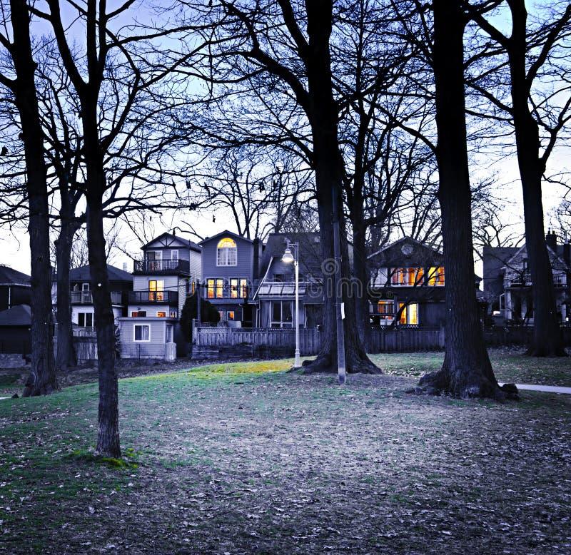 Parque en la oscuridad imagenes de archivo