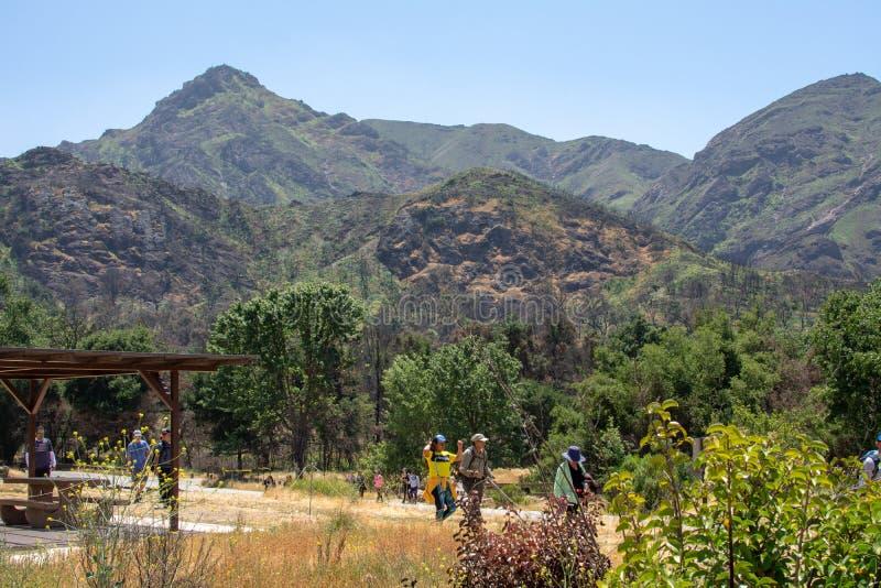 Parque estadual da angra de Malibu, Estados Unidos de CA - 5 de maio de 2019: Turistas e caminhantes no parque estadual da angra  fotografia de stock royalty free