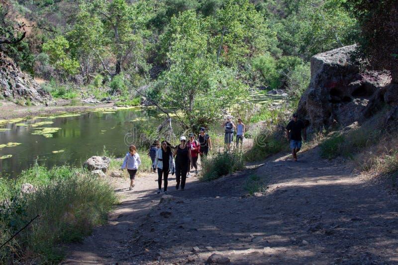 Parque estadual da angra de Malibu, Estados Unidos de CA - 5 de maio de 2019: Turistas e caminhantes no parque estadual da angra  fotos de stock