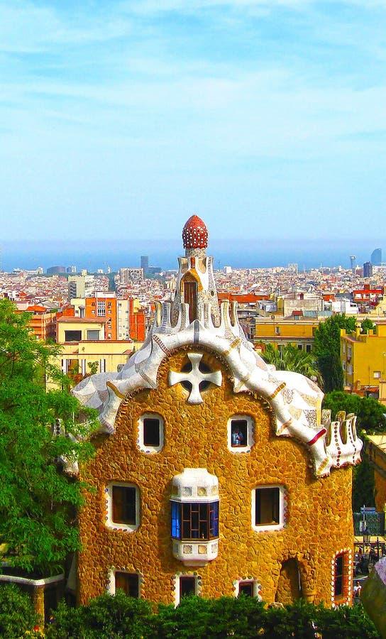 Parque Guell de Barcelona de casas del pan de jengibre de Gaudi y del cuento de hadas, Cataluña, España foto de archivo libre de regalías