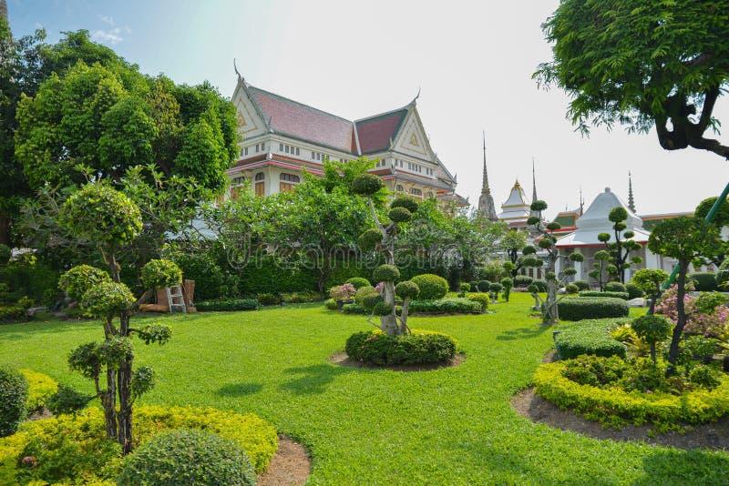 Parque hermoso cerca de Wat Pho y de Arun Pagoda Temple en Bangkok, Tailandia Palacio cultural del budismo en jardín foto de archivo