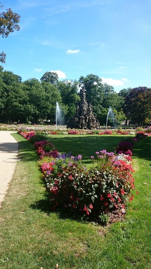 Parque hermoso con el pozo fotos de archivo