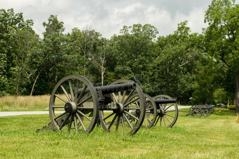 Parque histórico da fileira histórica da artilharia de canhão imagem de stock