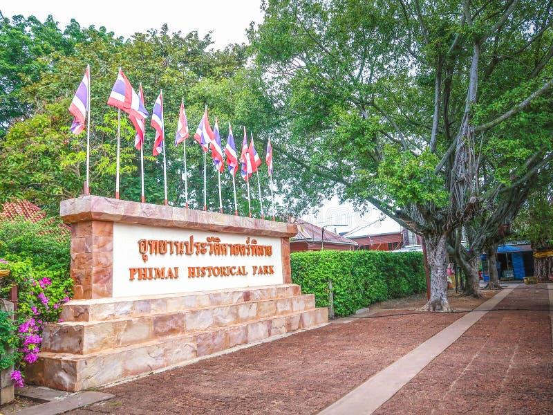 Parque histórico de Phimai en el letrero Prasat Hin Phimai de la lengua tailandesa en Nakhon Ratchasima, Tailandia imagenes de archivo