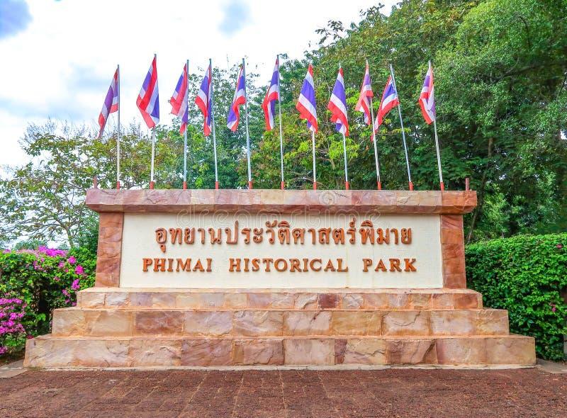 Parque histórico de Phimai no quadro indicador Prasat Hin Phimai da língua tailandesa em Nakhon Ratchasima, Tailândia imagem de stock