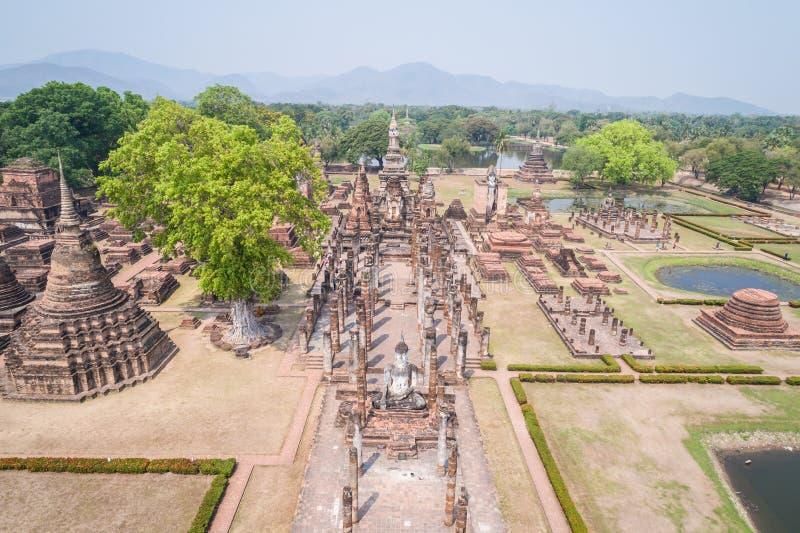 Parque histórico de Sukhothai em Sukhothai, Tailândia Silhueta do homem de negócio Cowering foto de stock royalty free