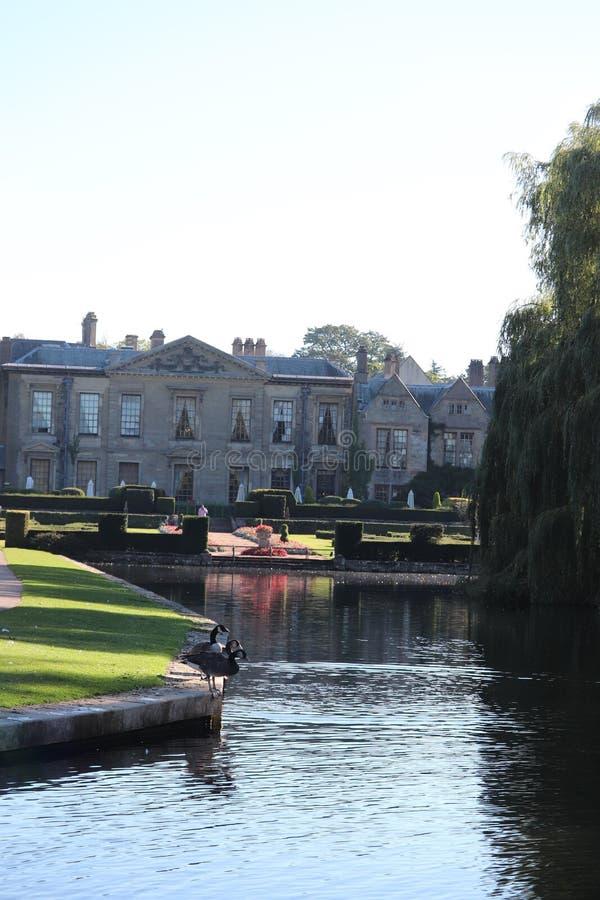 Parque Inglaterra del condado de la abadía de Combe casa histórica que mira sobre el lago foto de archivo