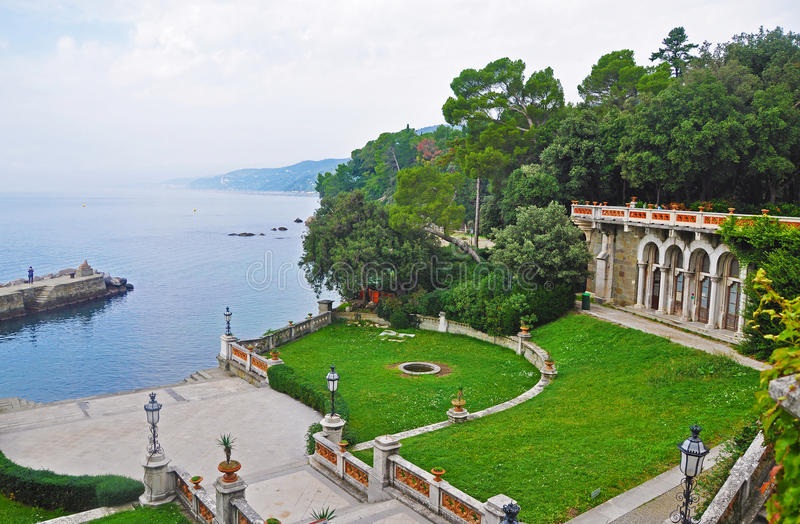 Parque italiano magnífico do castelo de Miramare fotografia de stock royalty free