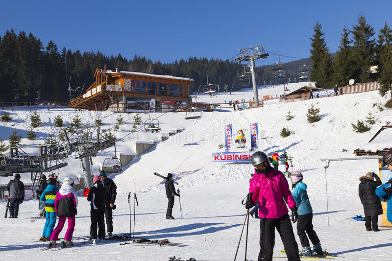 Parque Kubinska Hola do esqui slovakia Povos e esquis imagens de stock