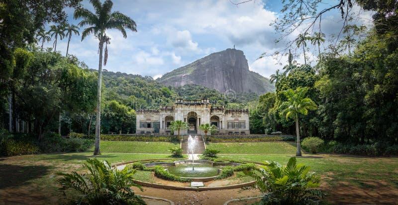 Parque Lage με το δάσος Tijuca και βουνό Corcovado στο υπόβαθρο - Ρίο ντε Τζανέιρο, Βραζιλία στοκ φωτογραφία
