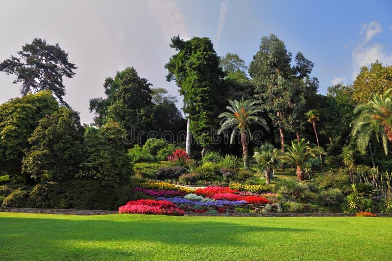 Parque magnífico com camas de flor fotografia de stock royalty free