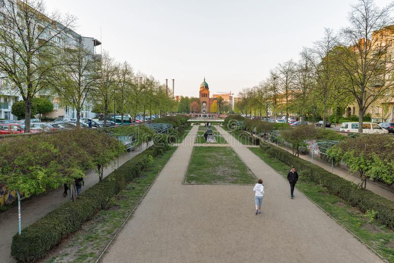 Parque na frente da lagoa do anjo em Berlim, Alemanha imagem de stock