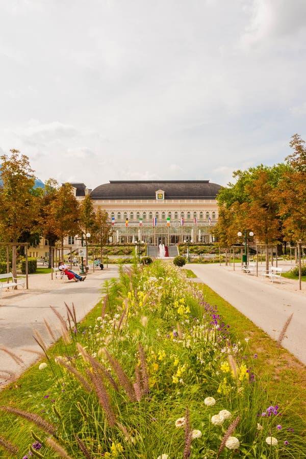 Parque na frente do congresso e o Theaterhouse Kongress & o Thea foto de stock