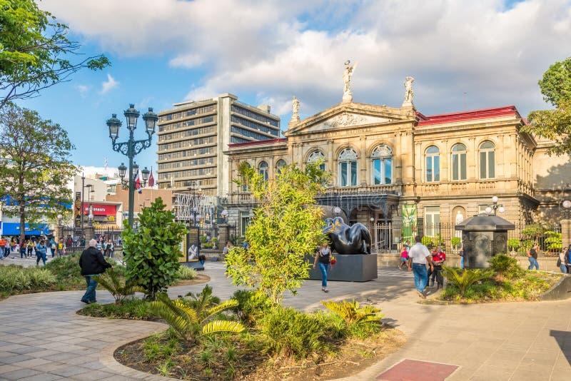 Parque na frente do teatro nacional de constru??o em San Jose - Costa-Rica imagem de stock