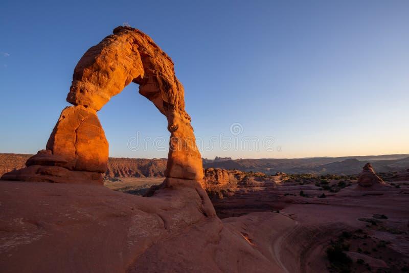 Parque Nacional Arches, Utah oriental, Estados Unidos de América, Arco Delicado, Montañas La Sal, Roca equilibrada, turismo, via fotos de archivo