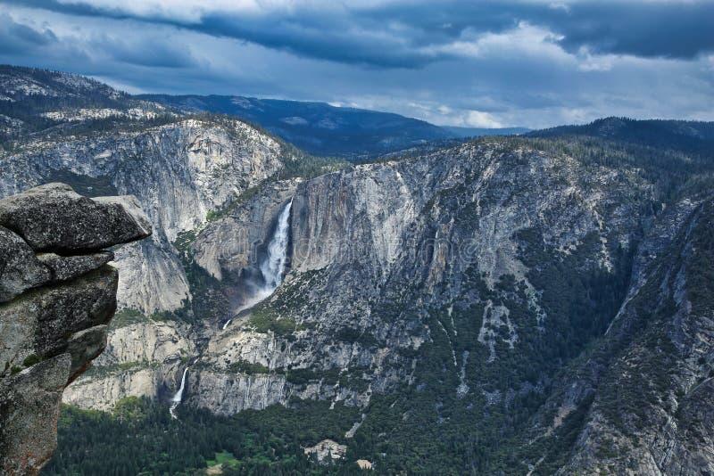 Parque nacional California de Yosemite de la cascada del valle de las montañas imágenes de archivo libres de regalías