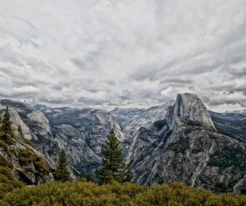 Parque nacional California de Yosemite de la media bóveda imagenes de archivo