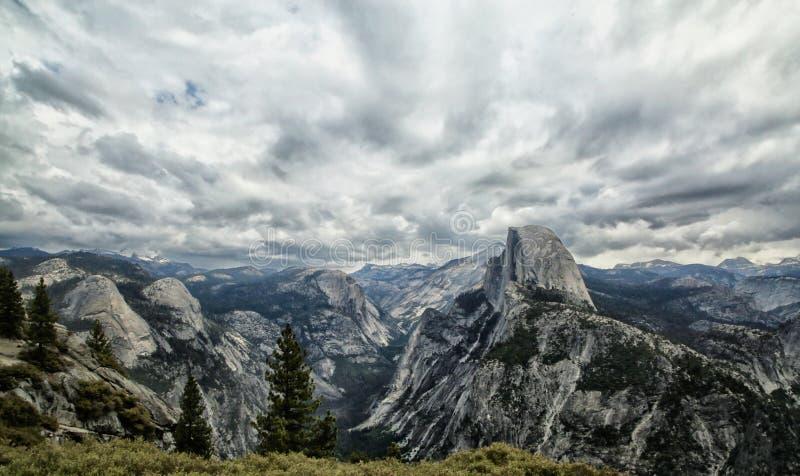 Parque nacional California de Yosemite de la media bóveda imágenes de archivo libres de regalías