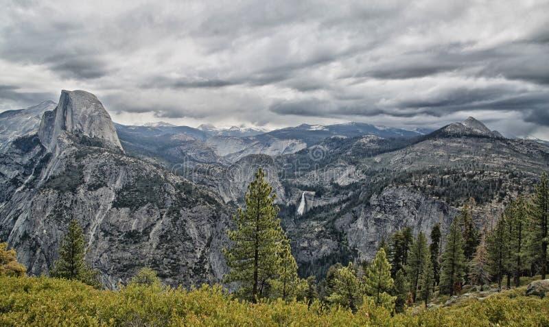 Parque nacional California de Yosemite de la media bóveda imagen de archivo libre de regalías