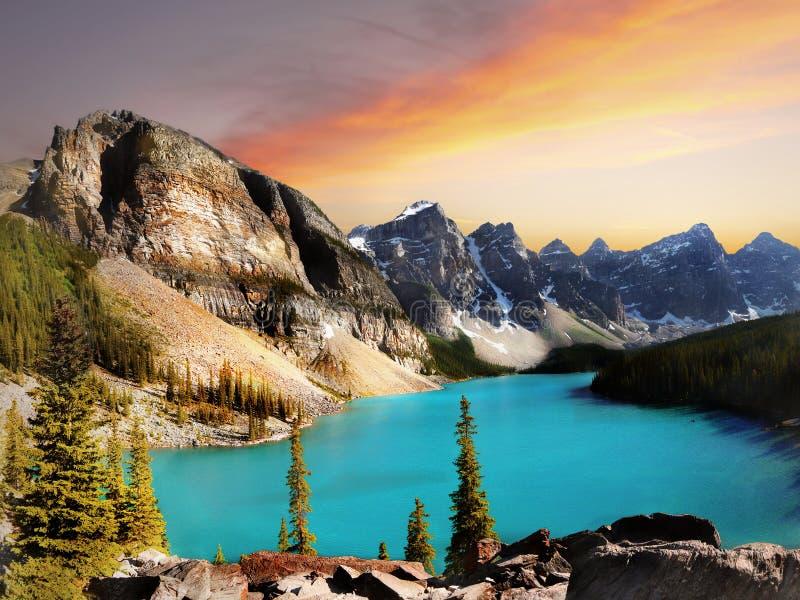 Parque nacional de Banff, por do sol do lago moraine imagem de stock royalty free