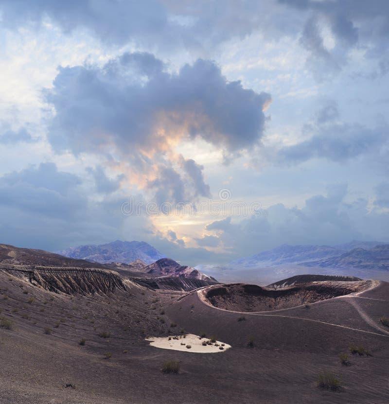 Parque nacional de Death Valley del cráter de Ubehebe durante una puesta del sol nublada inusual imagenes de archivo