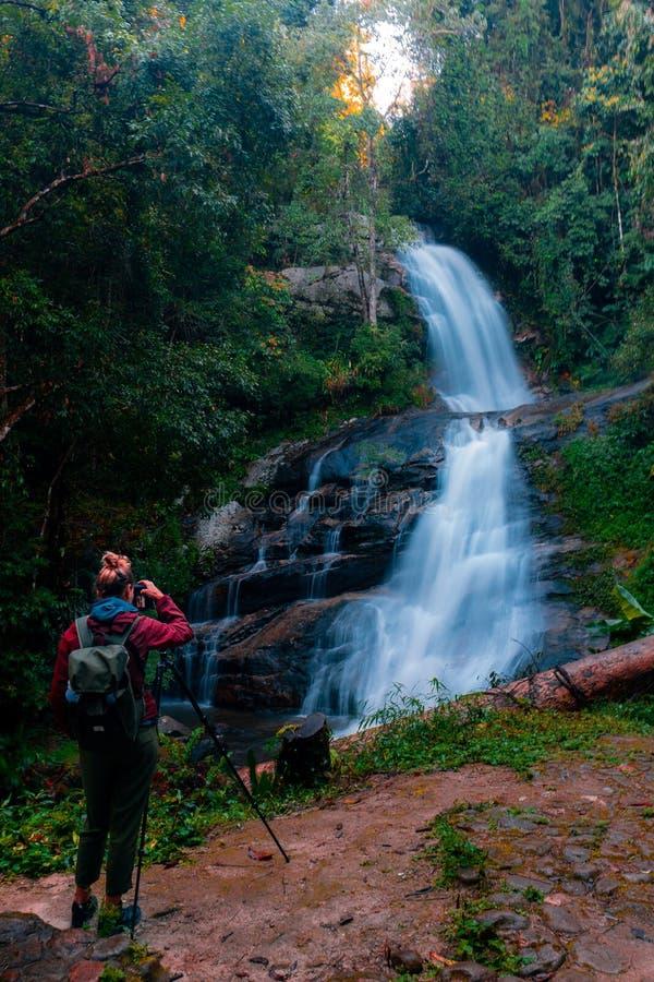 Parque nacional de Doi Inthanon em Tailândia Cachoeira bonita no parque nacional A maioria de parque bonito no próximo de Chiang  foto de stock