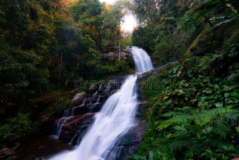 Parque nacional de Doi Inthanon em Tailândia Cachoeira bonita no parque nacional A maioria de parque bonito no próximo de Chiang  imagem de stock