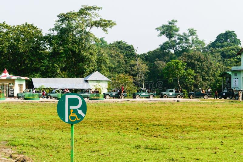 Parque nacional de Kajiranga, Assam, Índia, o 6 de maio de 2018: Os carros do turista alinharam fora do parque nacional de Kazira imagens de stock royalty free