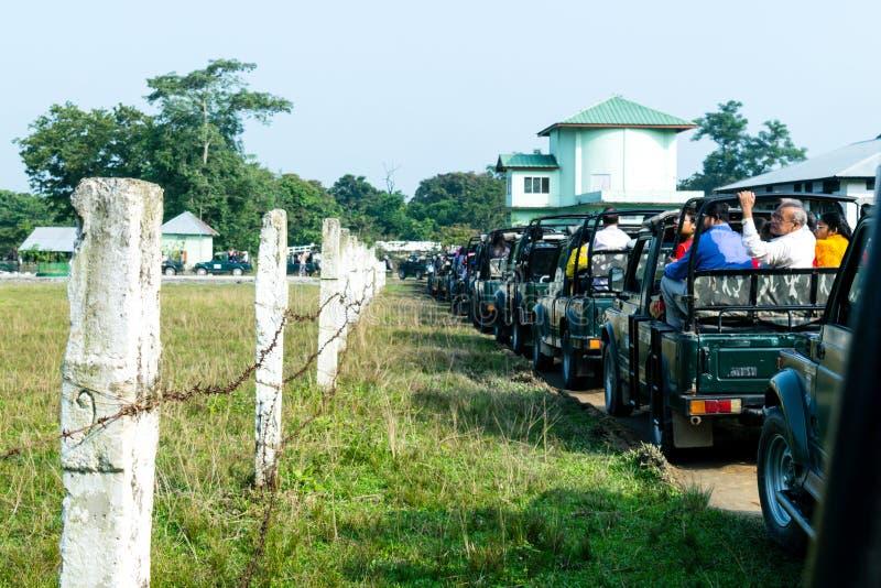 Parque nacional de Kajiranga, Assam, la India, Asia, el 6 de mayo de 2018: Los coches turísticos se alinearon fuera del parque na fotografía de archivo libre de regalías